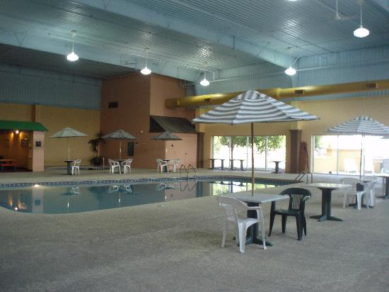 La Quinta Inn & Suites Cincinnati Sharonville: Places to sit around the pool