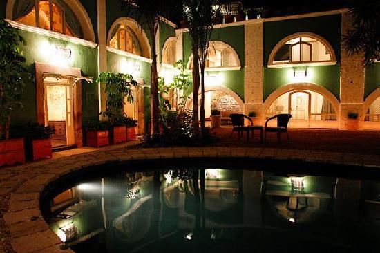 El Meson Hotel: vista de la alberca de noche