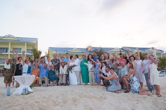 Wyndham Reef Resort: Wedding on the beach.