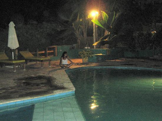 Hotel Casa de Playa: la piscina durante la nocohe