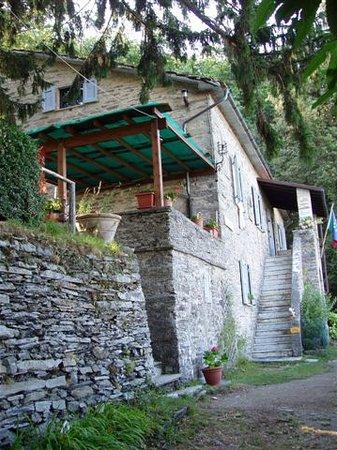 Stazzema, Italien: Ingresso e pergolato sulla terrazza