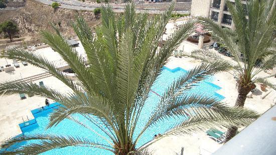 Golden Crown Nazareth Hotel : vue de la piscine depuis la chambre