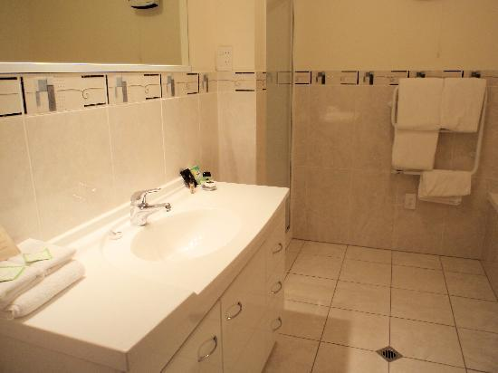 Breakwater Apartments: One of the bathrooms