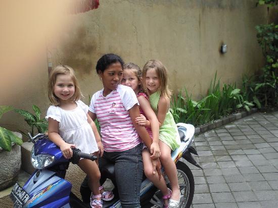 Villa Poppy: Alu and the girls