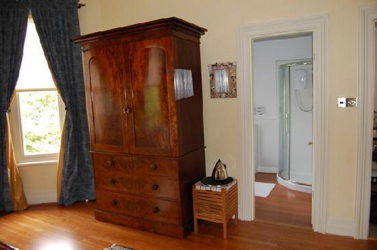 Sefton Villas B & B: wardrobe and en-suite