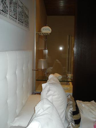 Hotel Villa Paulita: baño desde la cama