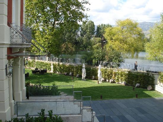 Hotel Villa Paulita: entrada y lago