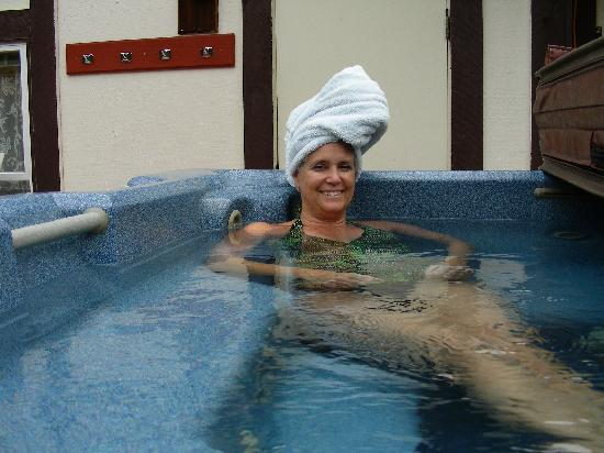 Highland Glen Lodge: Relaxing in the hot tub after a long flight from FL.