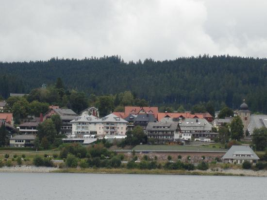 Aparthotel Sunside : Hotel from the other side of the lake