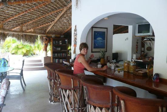 Hotel Los Nidos Inn: Palapa bar and buffet breakfast