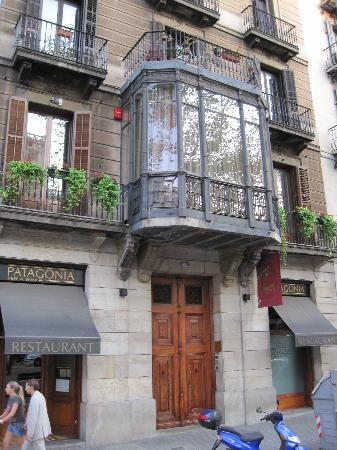 Hostal L' Antic Espai: The facade of the building in which the hotel is located.