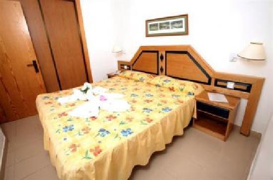 Blue Sea Costa Teguise Gardens: las habitaciones son asi,con un ventilador de techo, pero no se puede abrir la ventana, porque e