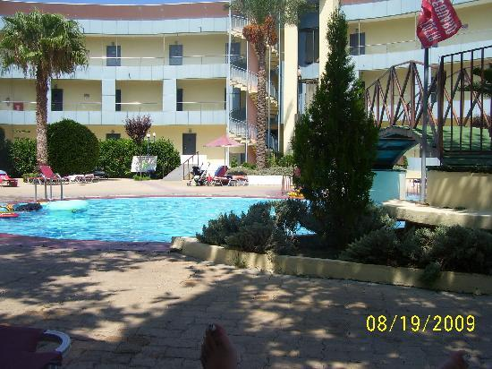 Sun Land Hotel: dirty swimming pool and hotel