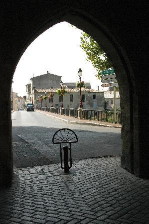Sommières, Francia: Under the clock tower looking towards the river