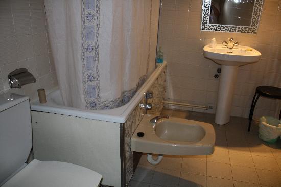 Hotel Or Blanc: bidet pegado a la bañera ???