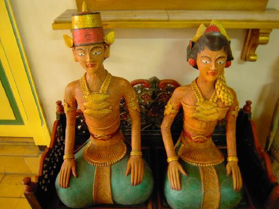 Metro Guest House: Traditional statues that greets you in front