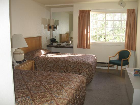 Grant Village Lodge: room