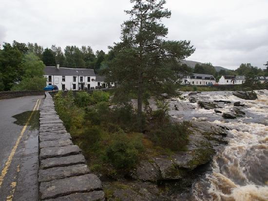 The Falls of Dochart Inn: The bridge and the Inn