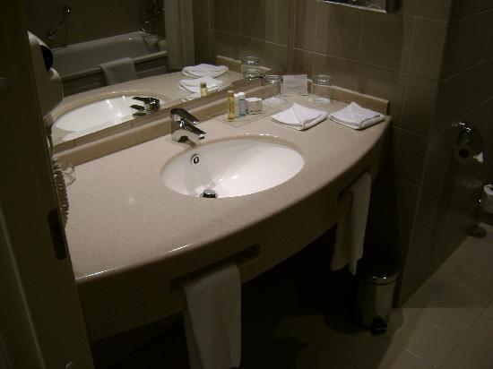 Holiday Inn Moscow Suschevsky : Good size bathroom with tub