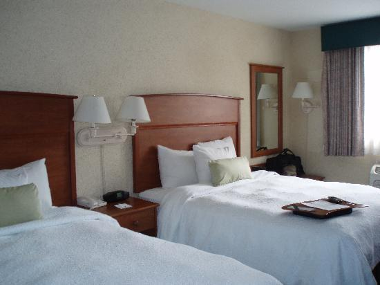 Hampton Inn Portland Clackamas: Two queen bed room
