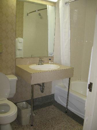 Travelodge Thunder Bay ON: Bathroom