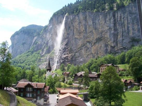Lauterbrunnen Valley Waterfalls: Lauterbrunnen. Murren is daar bo op die berg.