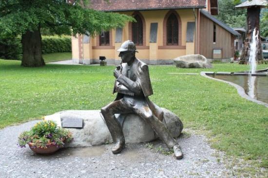 Sherlock Holmes Museum : Sherlock Holmes en agter die standbeeld is die museum in Meiringen