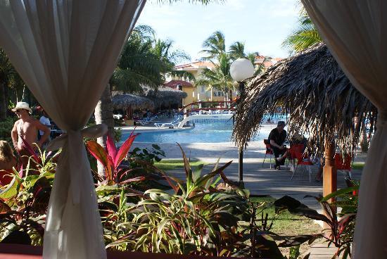 Viva Wyndham Tangerine: Looking to pool from the Italian Restaurant
