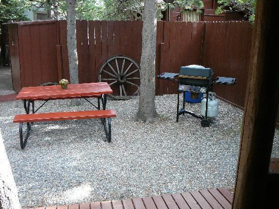 Rustic Wagon RV Campground & Cabins: Grill and Picnic Table Right Outside