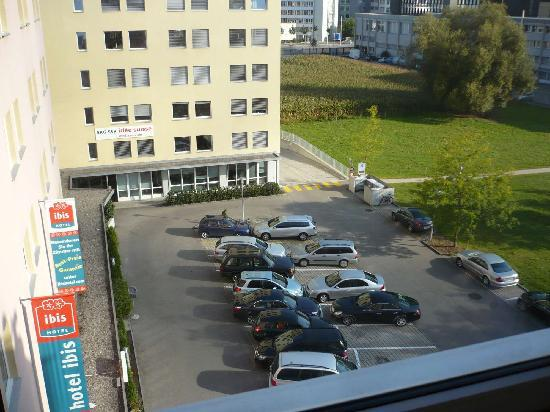 ibis Zurich Messe Airport: View from room (hotel carpark)