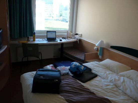 ibis Zurich Messe Airport: Part of room with bed and working area