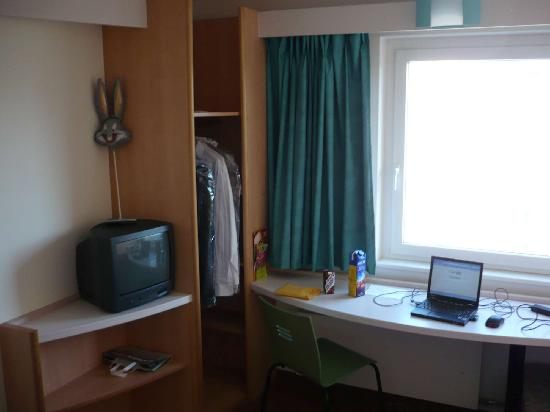 ibis Zurich Messe Airport: Another detail of the working area, TV, wardrobe