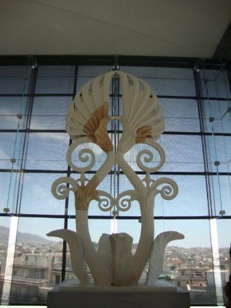 พิพิธภัณฑ์อะโครโปลิส: Representation of the decorative that was on top of the front pediment of the Parthenon (see rec