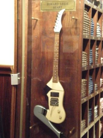 Hard Rock Cafe Rome: A cool guitar in the Hard Rock in Rome.