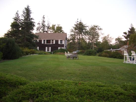 Bradley Inn: sitting area on the nice lawn