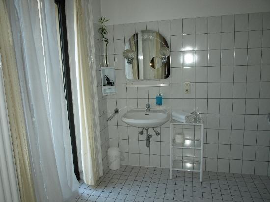 Hotel am Landeshaus: Salle de bain côté évier et balcon
