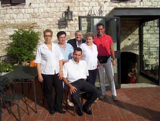 La Rocca Hotel: Lo staff della Rocca si fa fotografare insieme a noi