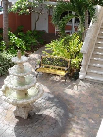Blind Pass Resort-Motel: Courtyard area...so cute!