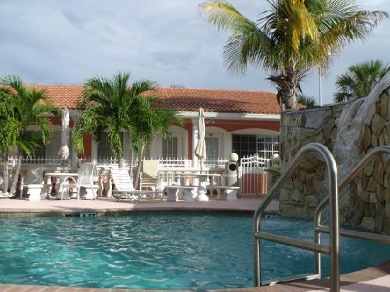 Blind Pass Resort-Motel : Pool area...usually was deserted like this so it's very relaxing.