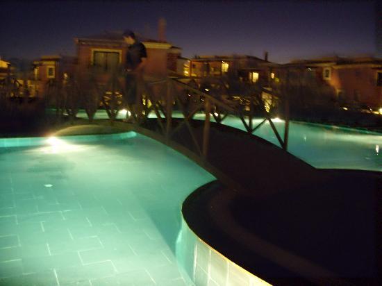 Monte Santo Resort: pool at night