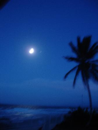 Barefoot Beach Pad: Even had a beautiful moon over the ocean