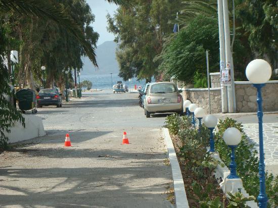 Hotel Apartments Aphrodite of Milos: View outside hotel towards sea