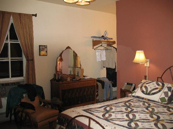 The Leland House and Rochester Hotel: Queen room