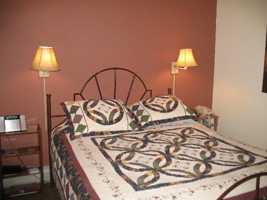 The Leland House and Rochester Hotel: Iron bedstead