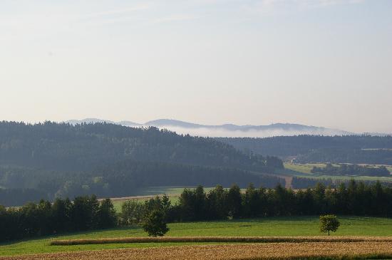 Bad Leonfelden, ออสเตรีย: Blick in die Landschaft vom Balkon