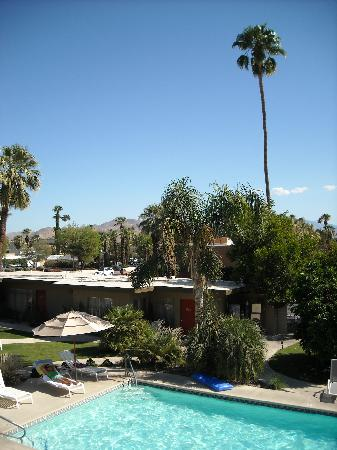 The Chase Hotel of Palm Springs: A room with a pool & mountain view (Rm.206)