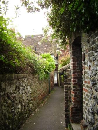 The Ghost Alley - actually haunted by a ghost :s (Sandwich)