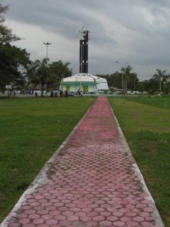 Pontianak, อินโดนีเซีย: Path leading to Tugu Khatulistiwa from Sungai Kapuas (Kapuas River), Borneo's and Indonesia's lo