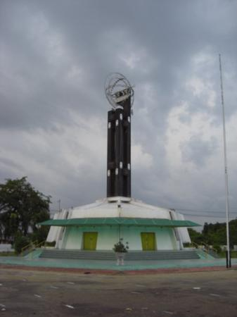 Pontianak, อินโดนีเซีย: Dark clouds around gather above the marker