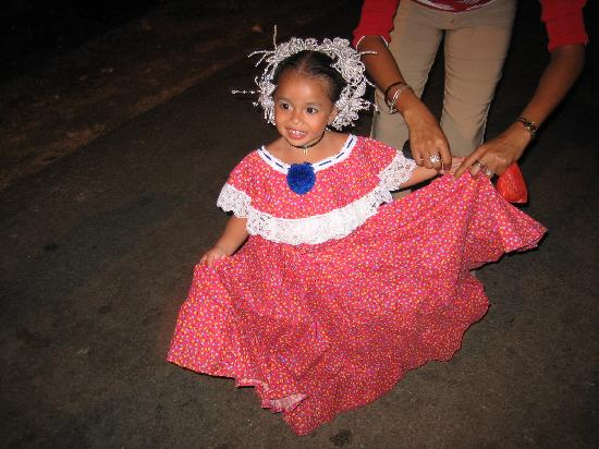Hostal Dona Maria: Little girl in the pollera